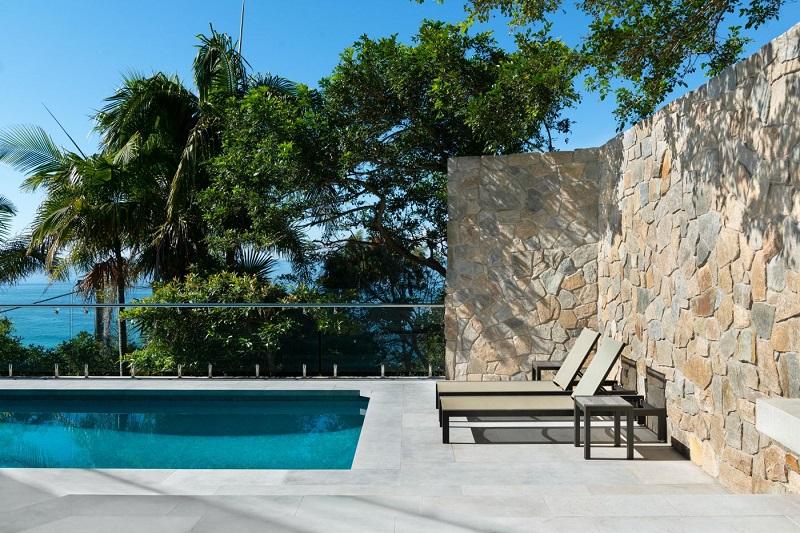 piscine réalisé en pierre de travertin