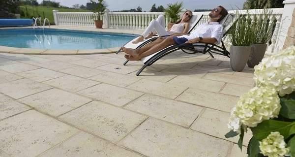 Dalle sur plots en pierre naturelle autour de la piscine