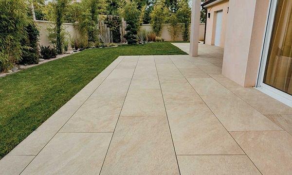 Grès cérame pierre sur plots terrasse jardin