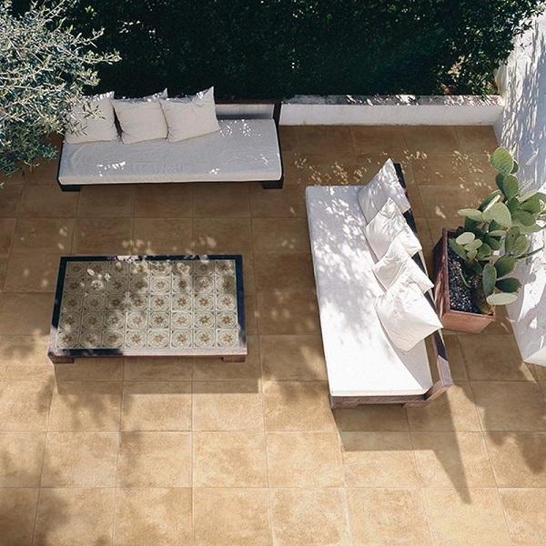Terrasse en pierre brun ocre