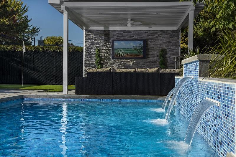 piscine en pierre naturelle avec chute d'eau