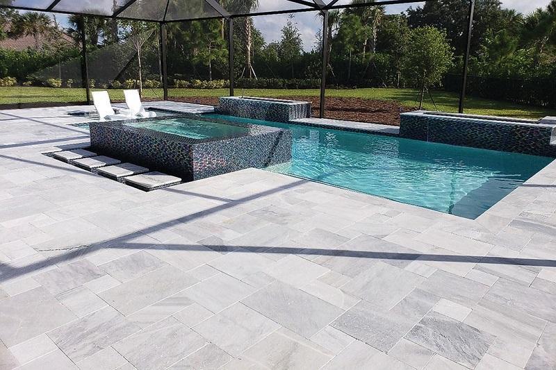 bord de piscine en marbre tendance